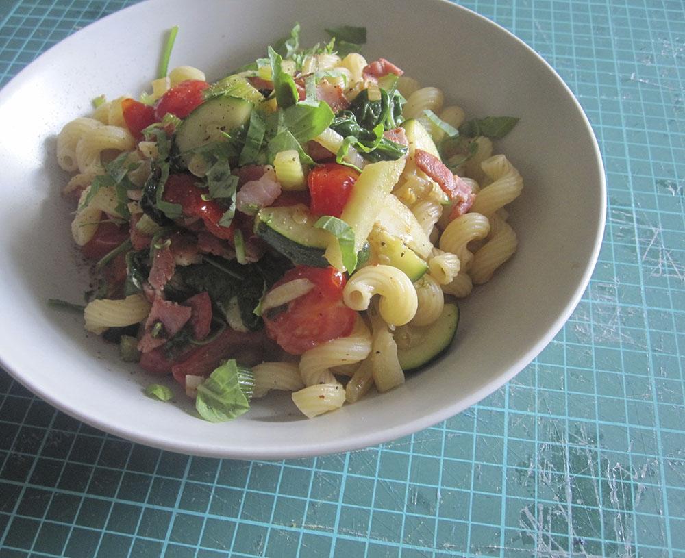 Empty the fridge - Pasta met venkel courgette tomaten en spek