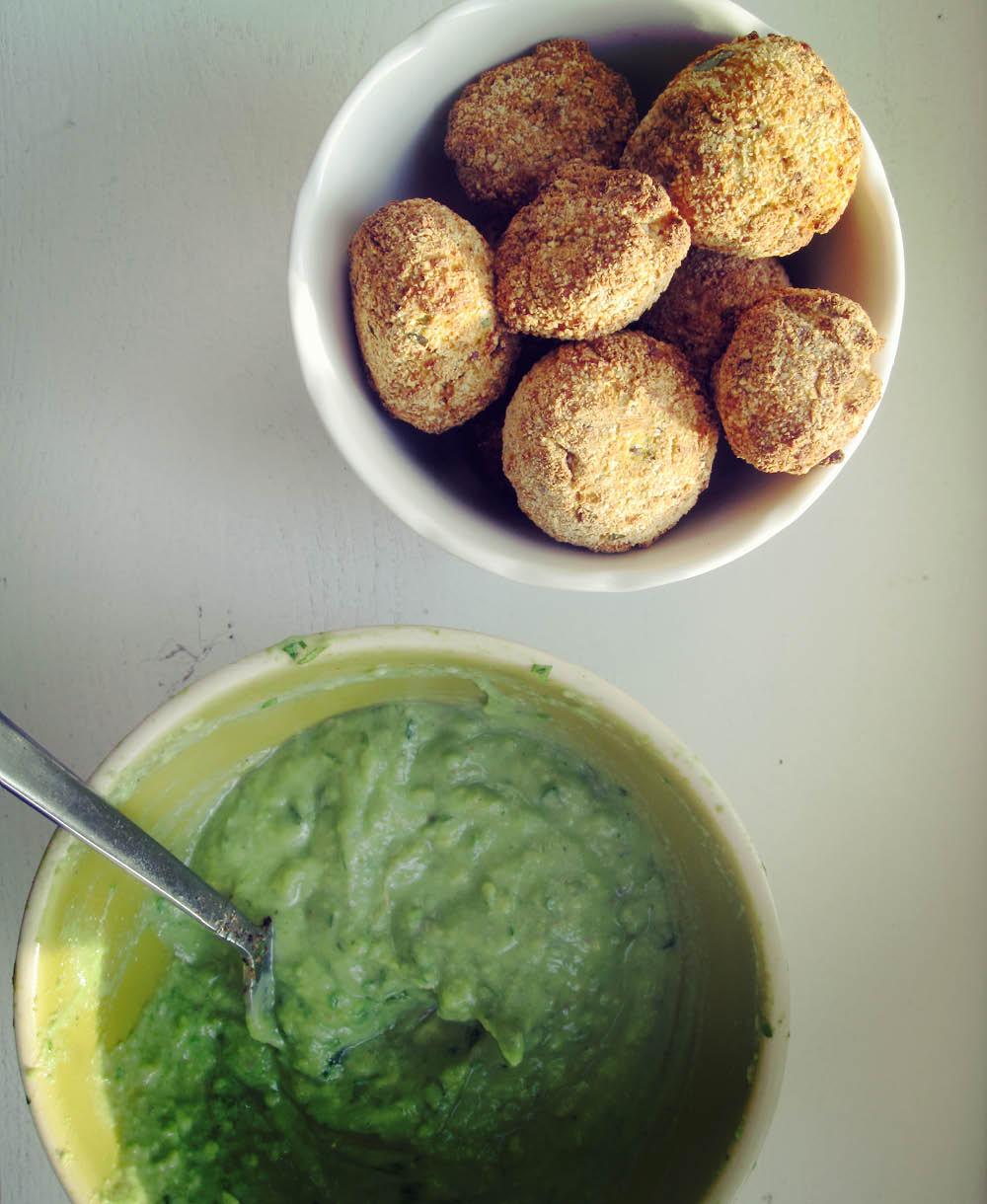 Empty the Fridge - Balletjes van zoete aardappel en quinoa met een avocadodip