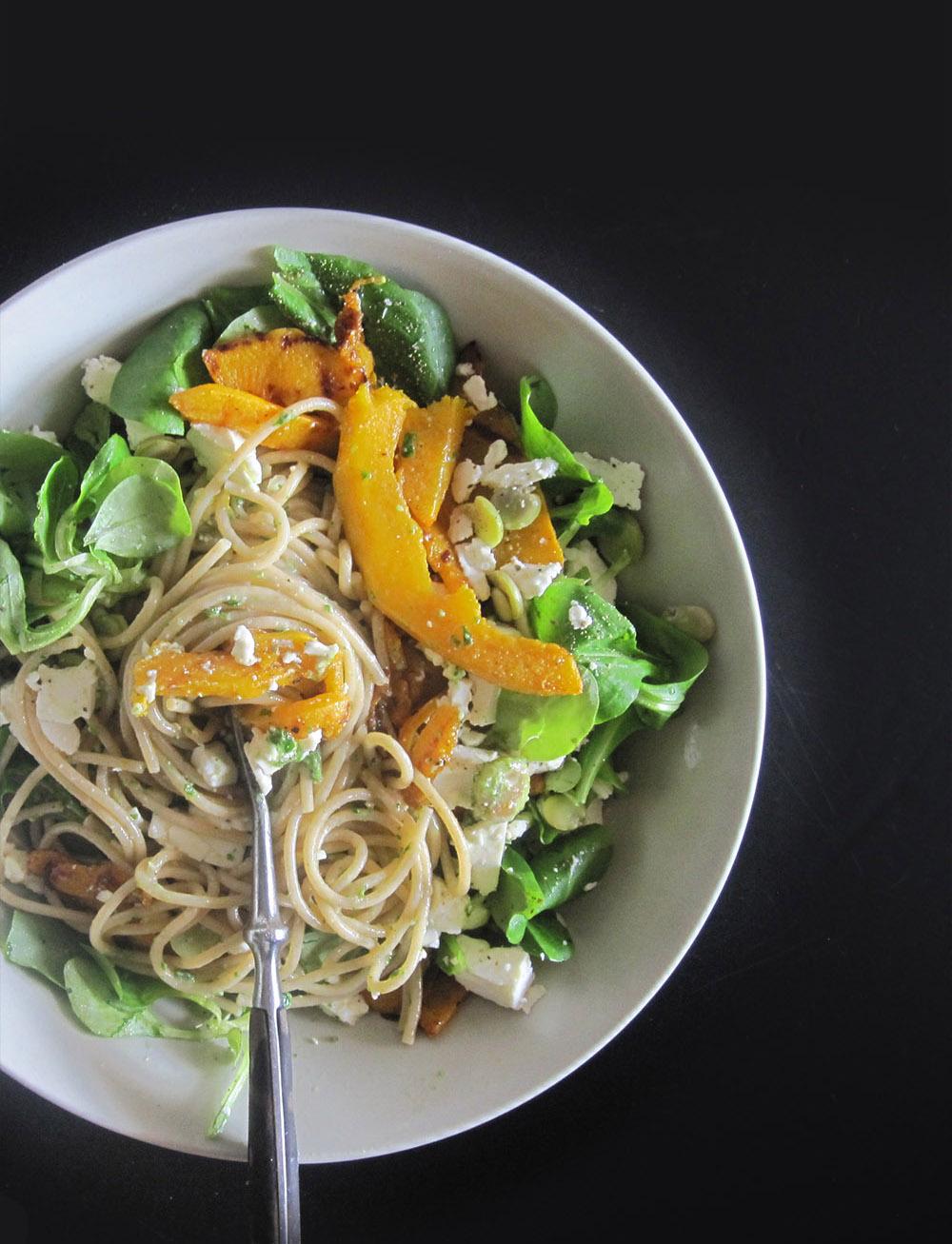 Empty-the-fridge-Pasta-met-veldslapesto-gegrilde-pompoen-en-fetakaas
