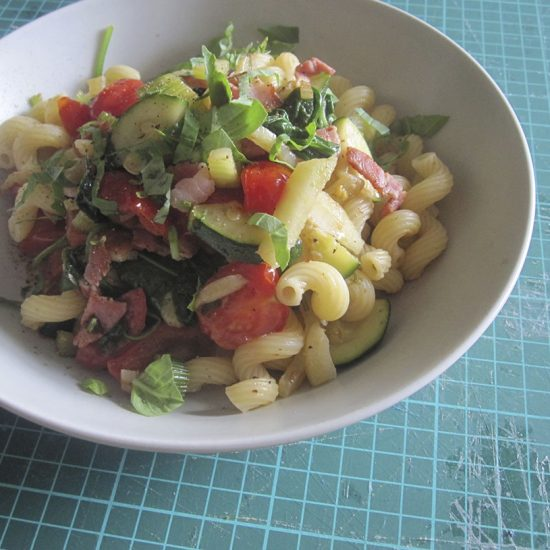 Empty the fridge - Pasta met venkel courgette tomaten en spek
