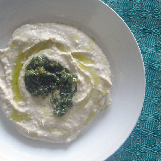 Empty the Fridge - Hummus met pesto van wortelloof