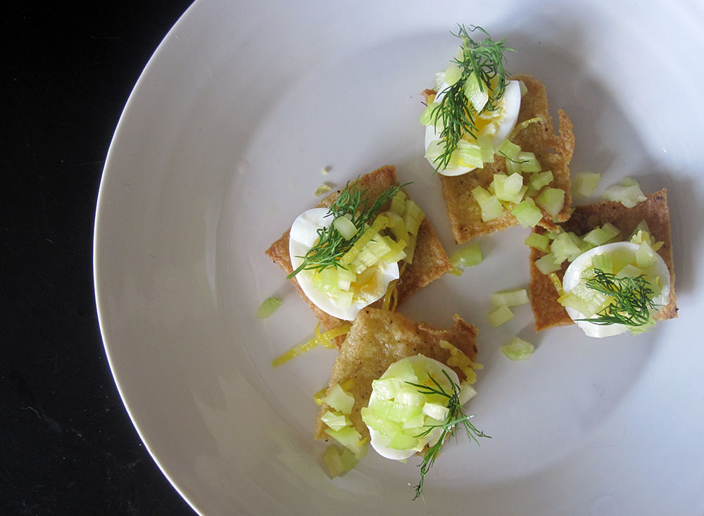 Empty the Fridge - Polentachips met kwarteleitjes citroenzeste en groene selder