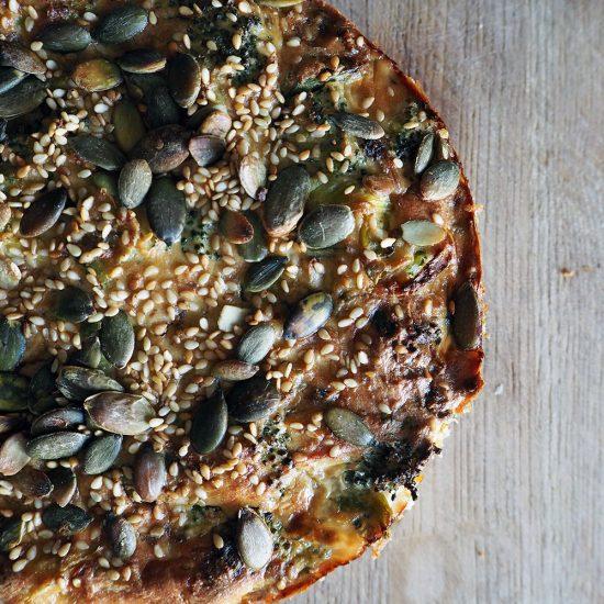 Empty the Fridge - Quiche van brocolli sesam en tofu met quinoa korst