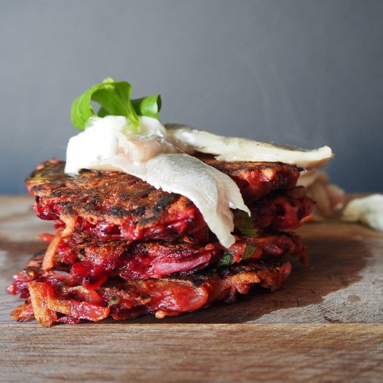 Empty the Fridge - Rode biet latkes met gerookte sprotfilet en roomkaas