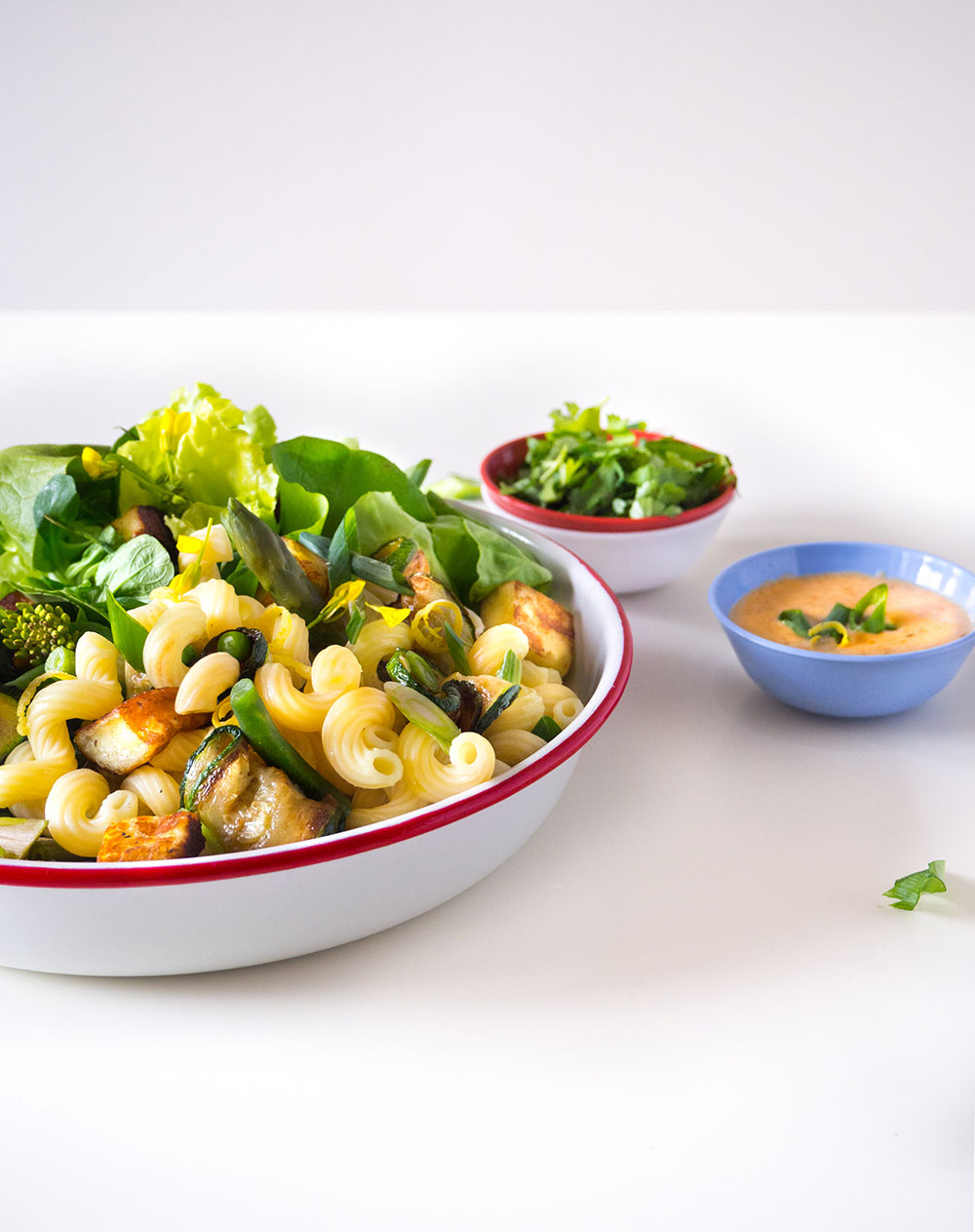 Empty the Fridge - Lente pastasalade met groene groenten en tahini dressing
